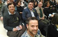 Un grup de convidats de Lleida al Parlament segueix el ple des d'una pantalla
