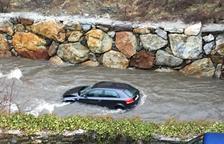 Ferit lleu a l'estimbar-se amb el cotxe per un pont de la Garona a Es Bòrdes