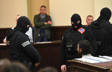 El único terrorista vivo de los ataques de París calla en su juicio en Bélgica