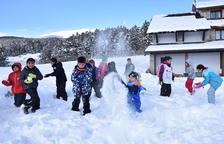 Nens jugant amb la neu, ahir a l'estació de Lles de Cerdanya.