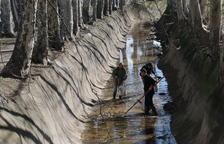 Voluntaris retiren escombraries de la séquia del canal a Juneda