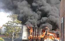 Espectacular incendi d'una furgoneta a l'A-2 a Fonolleres
