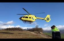 Vista del helicóptero del SEM que trasladó a la conductora herida grave en Bellver de Cerdanya.