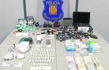 Imatge d'arxiu de mòbils, droga, joies i diners robats decomissats en una operació dels Mossos d'Esquadra.