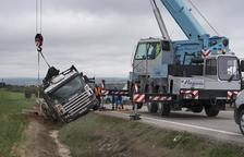 Un camió surt de la via a Tarroja