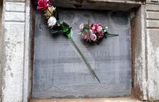 La làpida de Toribio Llarena, repadrí del jutge Llarena, al cementiri de Torregrossa