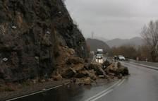 El despreniment a l'N-230 al Pont que va obligar a tallar la via.