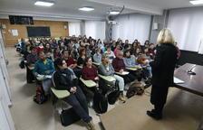 Opositors ahir a l'institut Josep Lladonosa abans de començar les proves.