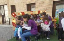 Van pintar la cara a alguns nens i nenes durant la tercera edició del mercat del conte infantil.