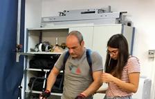 Imatge d'un pacient de l'Institut Guttmann provant l'exosquelet.