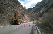 Operaris treballant a la carretera N-260 ahir a la tarda.