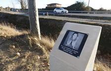 El monòlit en homenatge a Marta Sòria al lloc de l'accident.