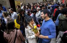 L'Eix Comercial de Lleida es va omplir com en les millors ocasions en una diada de Sant Jordi amb els llibres i les roses de protagonistes.