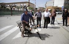 Jubilados de Anglesola,frente al centro de servicios municipal.
