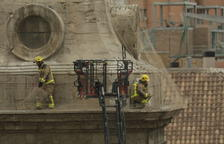 Xarxes tallades - El 27 de febrer passat, els Bombers van tallar la part inferior de les xarxes antinius de cigonya que cobreixen les torres de la Catedral després que diverses aus hi haguessin quedat atrapades. La coberta del temple està deterio ...