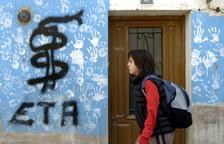 La Guardia Civil interviene bienes de más de 50 etarras