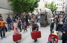 La companyia lleidatana El Sidral va sorprendre pel centre de Lleida amb el seu caragol gegant 'Heliko'.