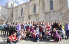 Vecinos de Vallbona de les Monges celebraron ayer por la tarde el 'título' frente al monasterio.