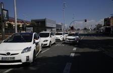 Imagen de la parada de taxis de la estación de Renfe, con algunos de los vehículos híbridos.