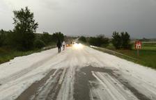 La carretera C-13 en Camarasa, cortada por el granizo.