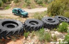 Investigan el abandono de 17 neumáticos en Bovera