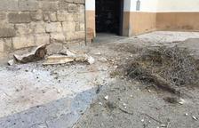 Cedeix una cornisa de l'església de Saidí pel pes d'un niu de cigonyes