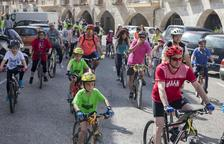 Pas per Bellpuig dels més de quatre-cents ciclistes participants en la pedalada.
