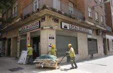 Operaris treballen al local de l'antiga pastisseria Torres.