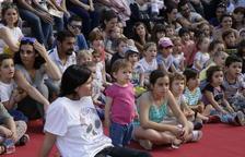 Centenars de persones, entre petits i grans, van prendre ahir el centre de Torrelameu per gaudir dels espectacles i jocs de la segona edició del festival Marrameu.