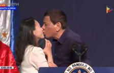VÍDEO. Críticas contra Duterte por forzar a una mujer a besarle en la boca
