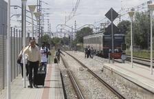 Els passatgers caminant cap a l'estació de Puigverd després que el tren s'aturés.