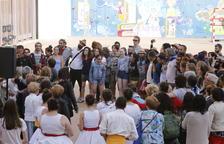 Els pelegrins i els assistents comparteixen tradicions i vivències al pati del col·legi Maristes.