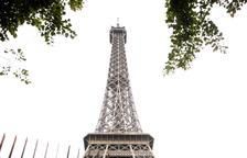 Un valla de hierro y vidrio rodea la Torre Eiffel