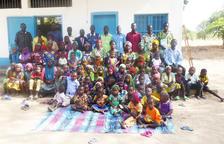 Imagen de la decena de familias, con todos sus miembros, que se forman en una escuela agraria del Chad gracias a material leridano.