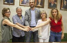 Un momento de la firma del convenio, ayer, entre el ayuntamiento de Agramunt y la Associació Alba.