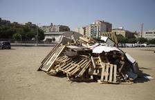 Maderas apiladas ayer en la hoguera instalada en el barrio de Cappont, una de la veintena que arderán esta noche.