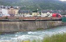 Vielha asegura un muro dañado por el frío y la crecida del Garona