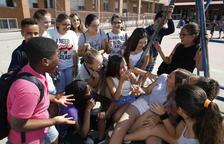 Los alumnos se relacionan más ahora en el patio gracias a que ningún móvil se lo impide.