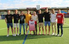 El presidente del Balaguer, Antonio Aiguadé, con los ocho jugadores que han renovado.