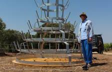 Carlos Pazos, ayer junto a su escultura 'No et prometo res'.