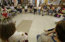 """Imagen de una de las reuniones de los padres afectados por el """"overbooking"""" en Cappont."""
