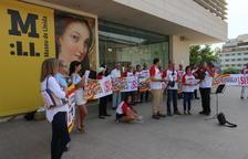 Imagen de los miembros de la plataforma frente al museo.