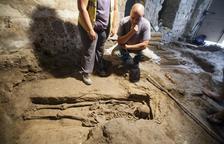 Uno de los tres esqueletos que se han encontrado en un antiguo horno de Guissona.