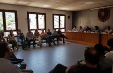 Imatge de la reunió que la consellera Jordà va mantenir ahir amb els ramaders del Sobirà a Sort.