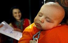 Els nadons que mengen sòlids de complir els sis mesos tenen menys problemes per dormir