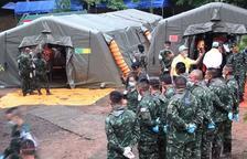 Los buzos ya han logrado rescatar a ocho de los niños atrapados en la cueva de Tailandia