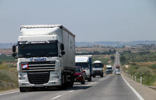 Imagen de camiones circulando ayer por la carretera N-240.