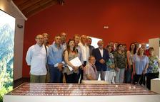 Inauguración ayer en la Oficina Comarcal de Turisme de Sort de la exposición 'Perseguits i Salvats'.
