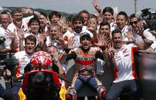 Marc Màrquez i el seu equip celebren la victòria al Gran Premi d'Alemanya, en el qual el lleidatà ha guanyat els últims nou anys en tres categories.