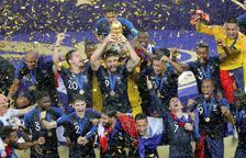 Olivier Giroud, jugador de la selecció francesa i del Chelsea, aixeca el trofeu de campions del món després de la final disputada a Moscou.